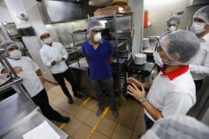 Restaurantes pueden abrir con protocolos de bioseguridad
